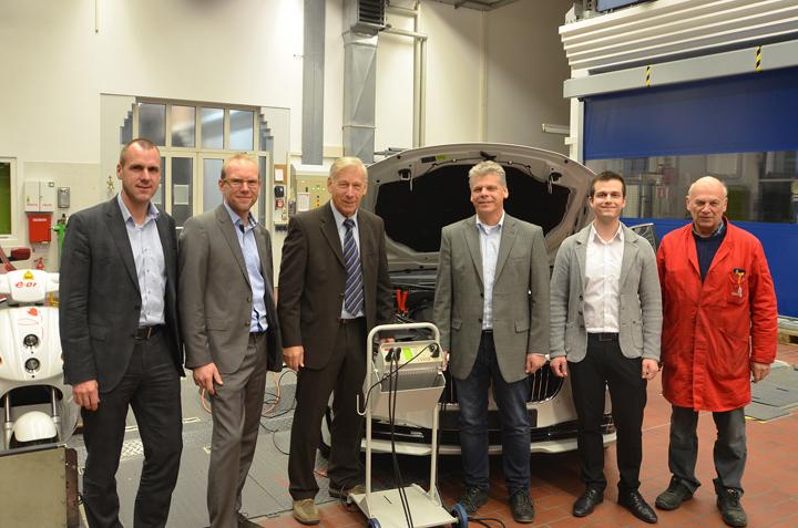Spende FH Landshut - Zwei Ladegeräte für die Fahrzeugflotte der Hochschule Landshut, gespendet von der Firma Deutronic